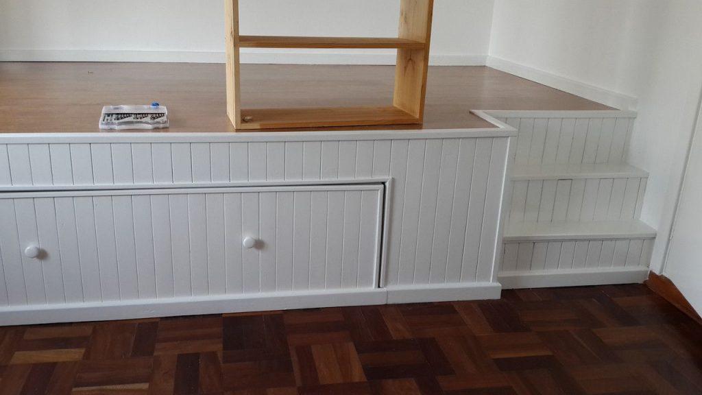 en su habitaci n no hab a espacio para la cama y el. Black Bedroom Furniture Sets. Home Design Ideas