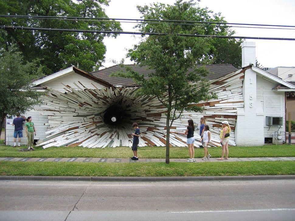 edificios-mas-extranos-casa-agujero