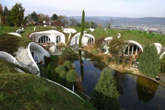 casa hobbit viviendas subterraneas eficientes ecologicas lago delante casas
