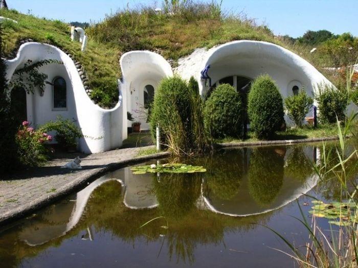 casa hobbit viviendas subterraneas eficientes ecologicas detalle lago