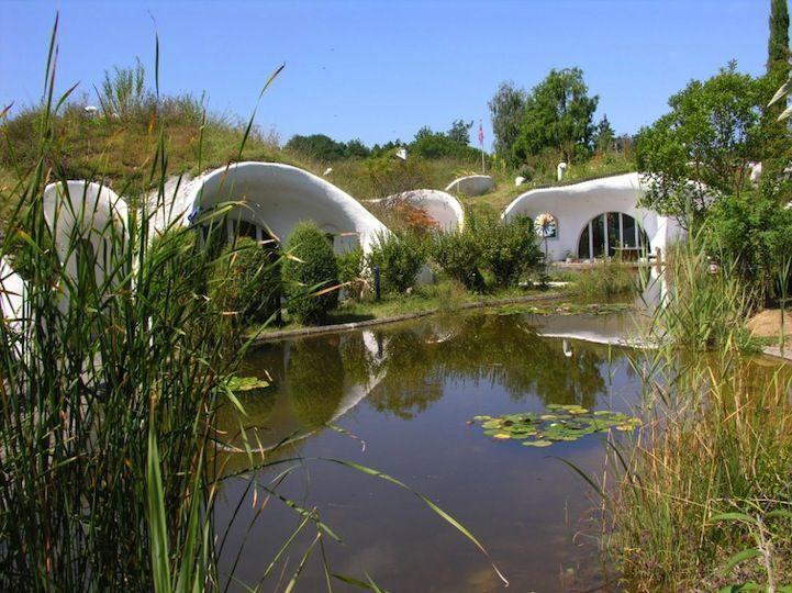 casa hobbit viviendas subterraneas eficientes ecologicas detalle lago nanufares