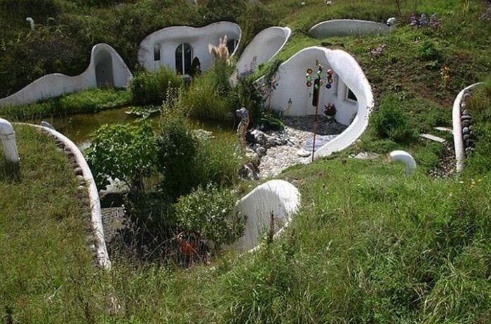 casa hobbit viviendas subterraneas eficientes ecologicas jardin lago