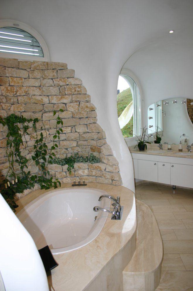 casa hobbit viviendas subterraneas eficientes ecologicas bano banera