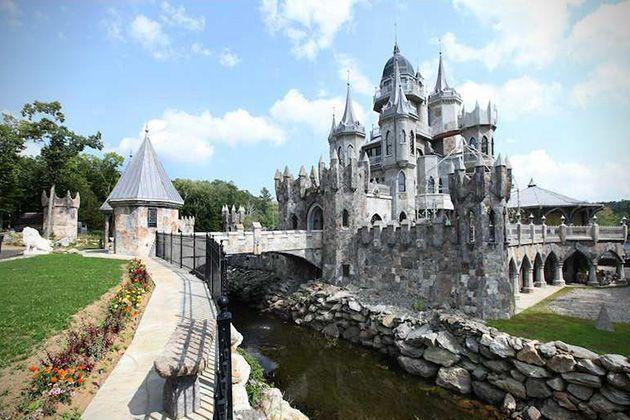 Su afición por Disney lo llevó a construirse una casa de castillo Disney