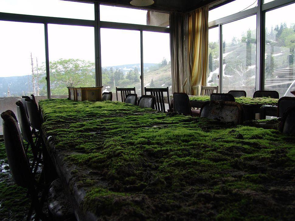 lugares-abandonados-llenos-historias-mesa-hotel