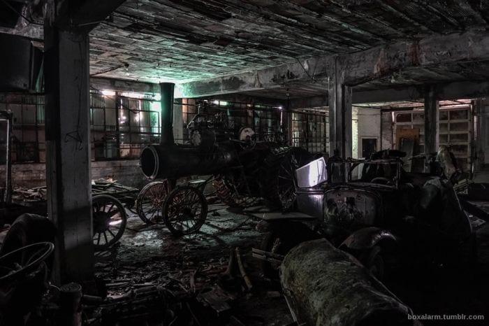 lugares-abandonados-llenos-historias-almacen-vehiculos