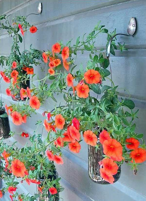 Colgadores utensilios cocina reciclados cucharas dobladas colgar flores rojas