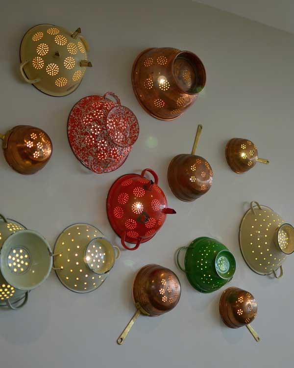 lamparas pared utensilios cocina reciclados coladores metalicos colores