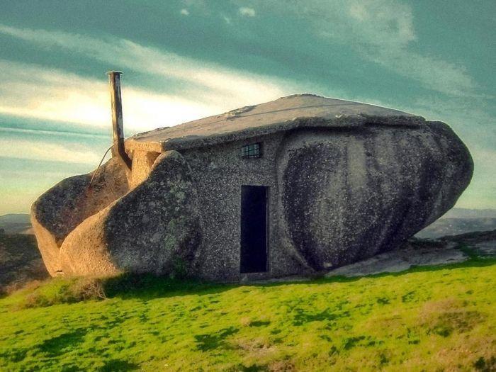 tiny house casa pequena construida entre rocas