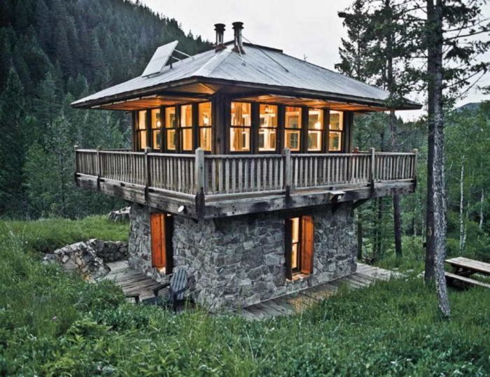 tiny house casa pequena construida 2 pisos piedra madera arboles