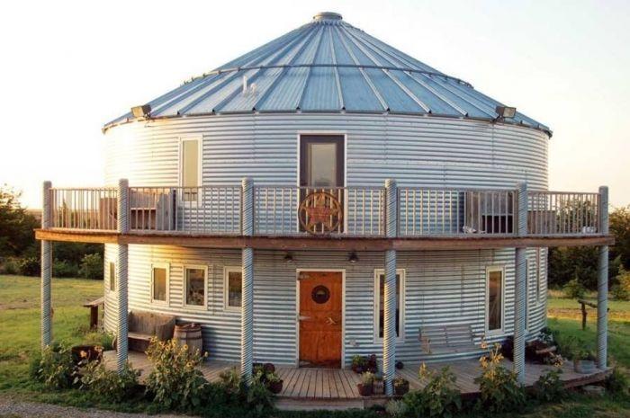 tiny house casa pequena construida silo redondo balcon ventanas entrada