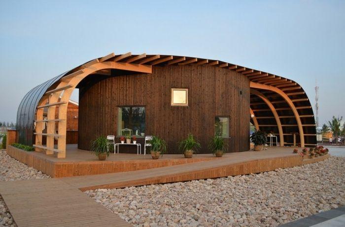 tiny house casa pequena construida madera redonda alas exterior piedra suelo