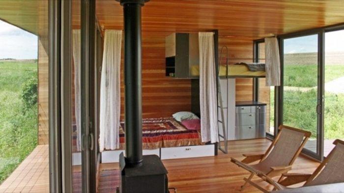 tiny house interior suelo madera chimenea