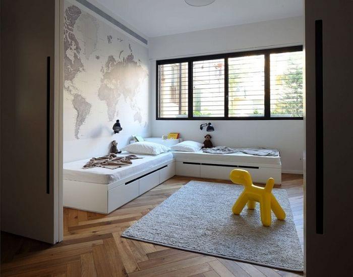 sala familiar apartamento remodelado arquitecto mapa pared juegos ventanas