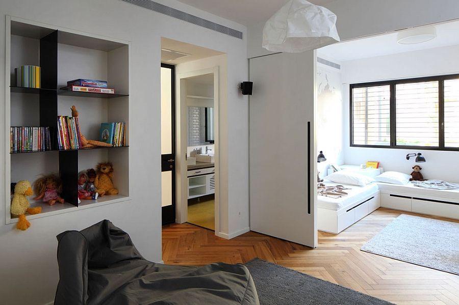 Arquitecto consigue juntar dos pisos viejos y convertirlos for Habitaciones con puertas correderas