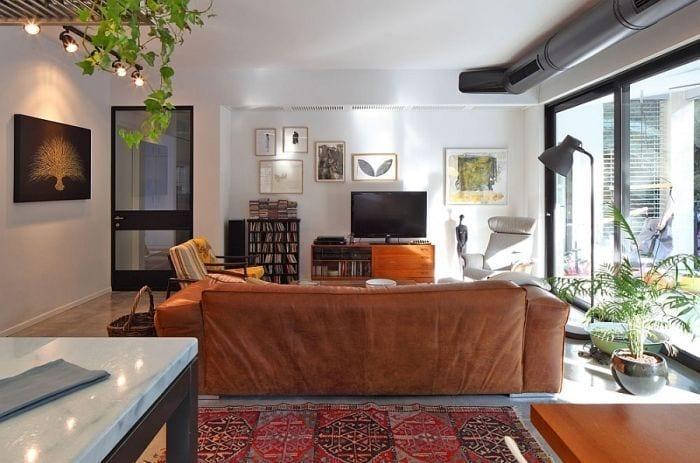 apartamento sala estar sofa tele ventanal