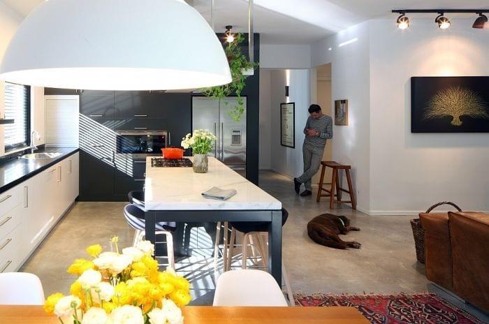 cocina apartamento restaurado luz perro hombre