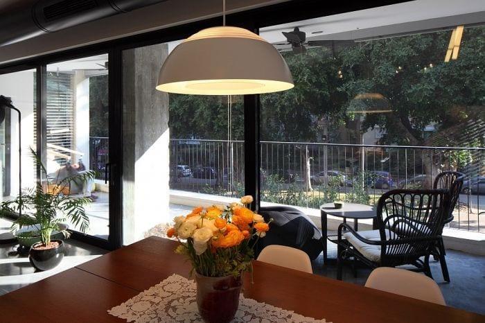 mesa comedor apartamento ventanal luz