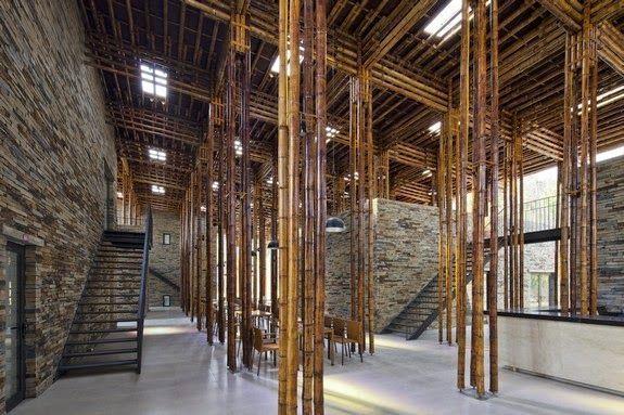 casa restaurante pilares techo bambu paredes piedra escaleras suelo liso