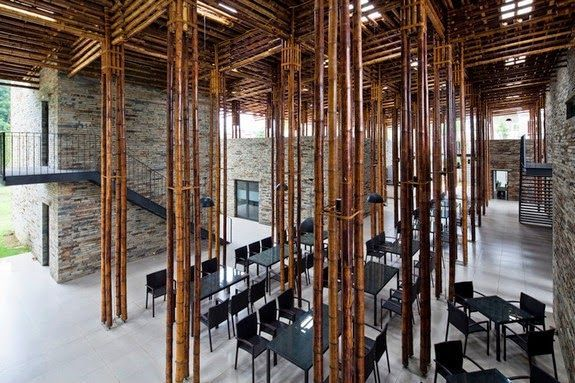 casa restaurante pilares techo bambu paredes piedra escaleras mesas sillas ventanas