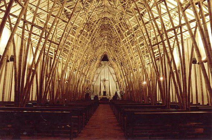 interior catedral bambu estructura arcos punta bancos altar cristo