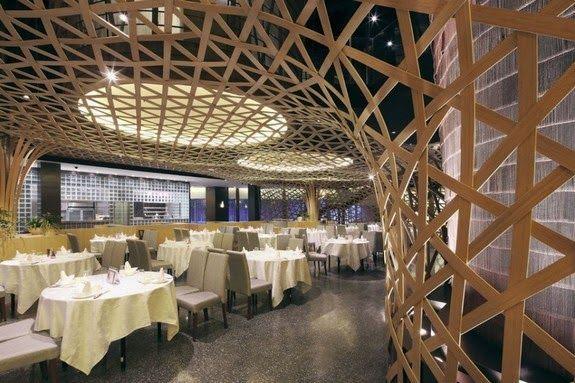 casa bambu palacio estructura mesas sillas luces