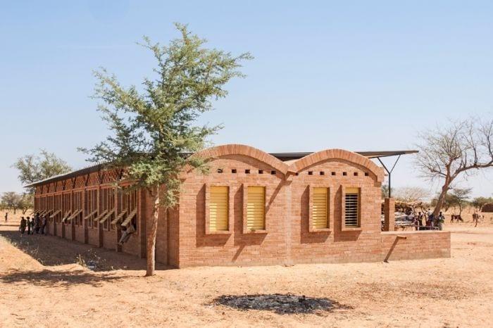 exterior escuela construida ladrillos arcilla arcos arboles