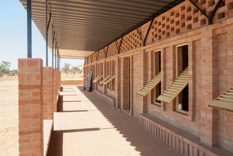 Arquitectos holandeses levantan una escuela en mali a base for Design casa low cost