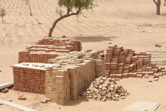 pila ladrillos arcilla construir escuela