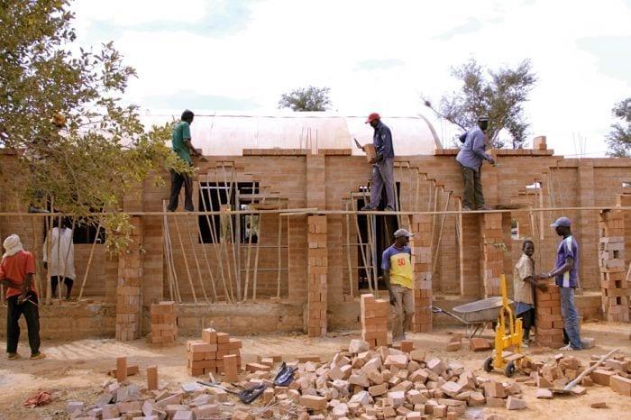 construccion escuela obreros ladrillos