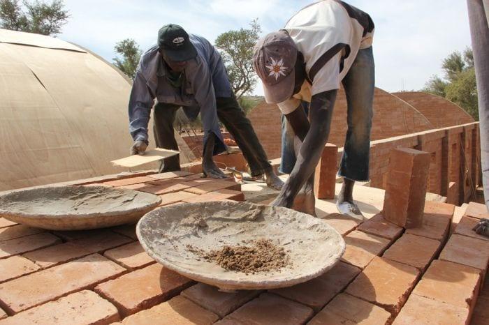 detalle obreros tejado colocacion ladrillos arcilla