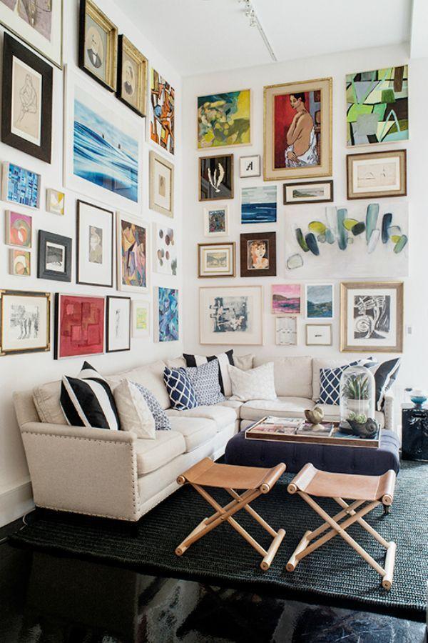 18 ideas para llenar una pared con cuadros casas increibles for Decoracion con muchos cuadros