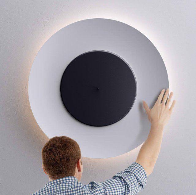 lampara diseno redonda blanca externa negra interna persona