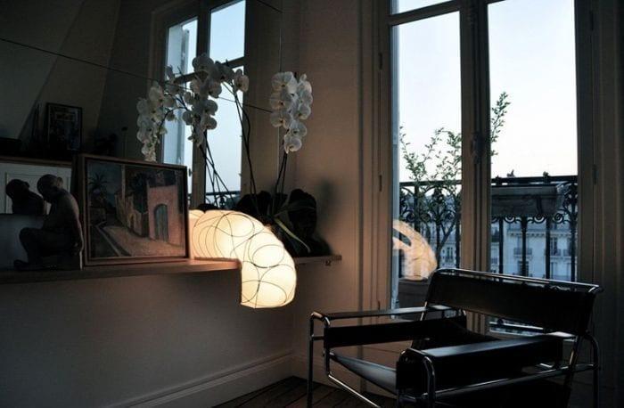 lampara diseno forma L hilos sillon balcon