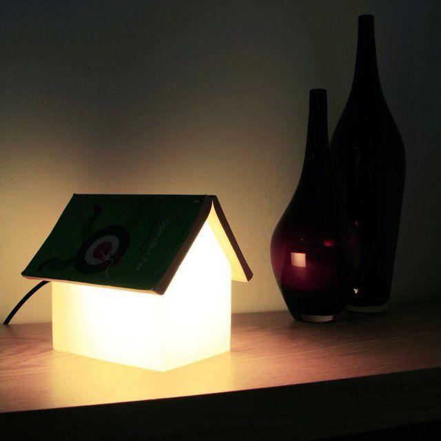 lampara forma casa iluminada tejado oscuro jarron