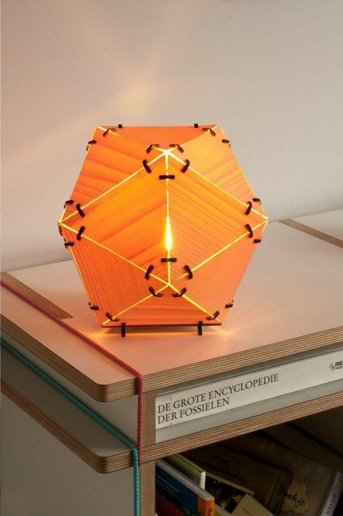 lampara diseno icosaedro madera luz interior mesa