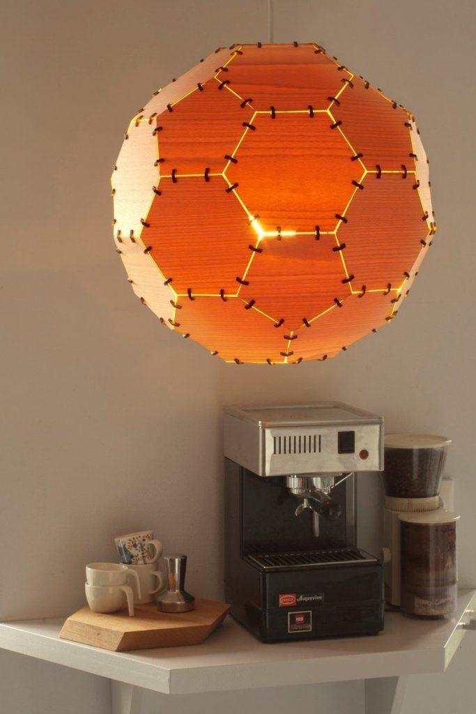 lampara techo diseno pelota futbol madera luz encendida cafetera cafe tazas