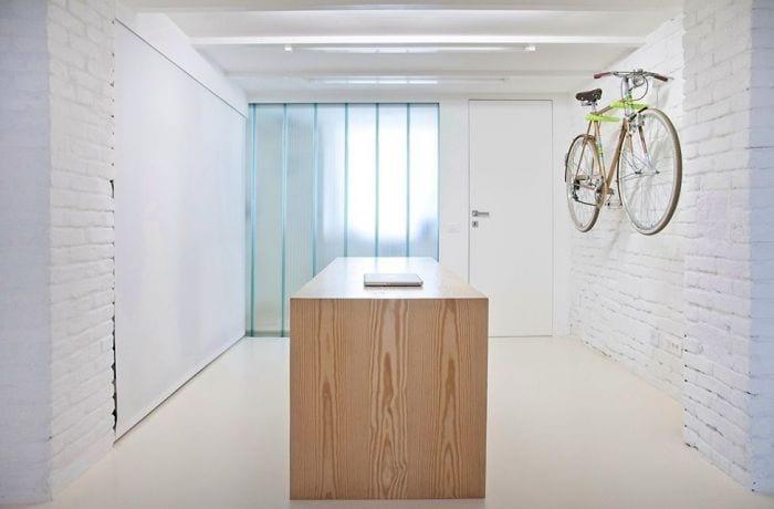 loft diseno escandinavo entrada paredes blancas bici colgada