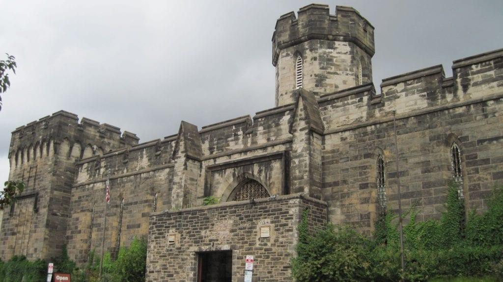 lugares reales tetricos exterior prision abandonada philadelphia muro torre