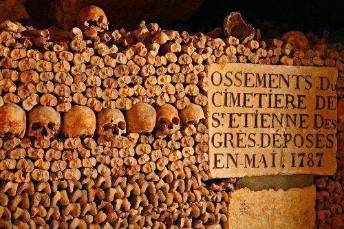 lugares reales tetricos catacumbas paris huesos apilados cartel