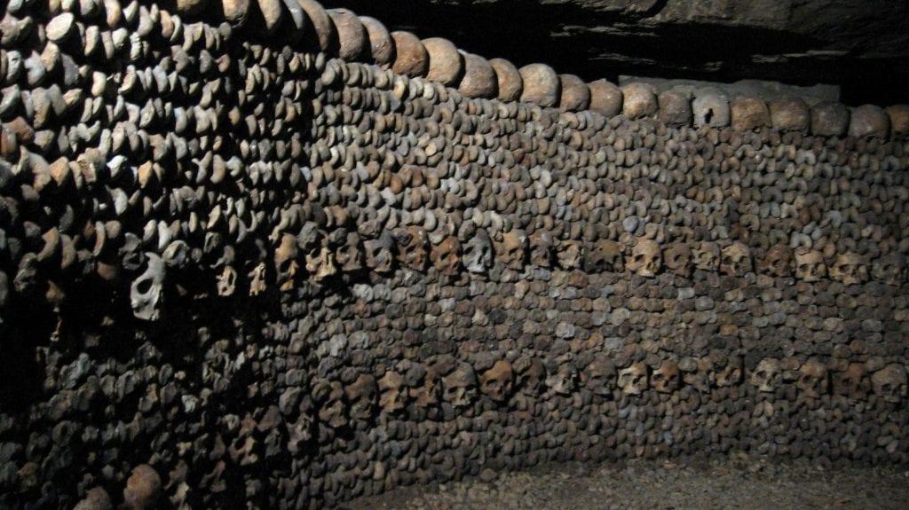 lugares reales tetricos catacumbas paris huesos apilados craneos tibias