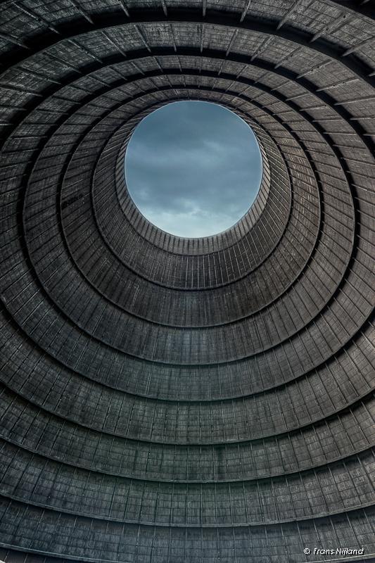lugares reales tetricos planta energetica abandonada agujero redondo cielo