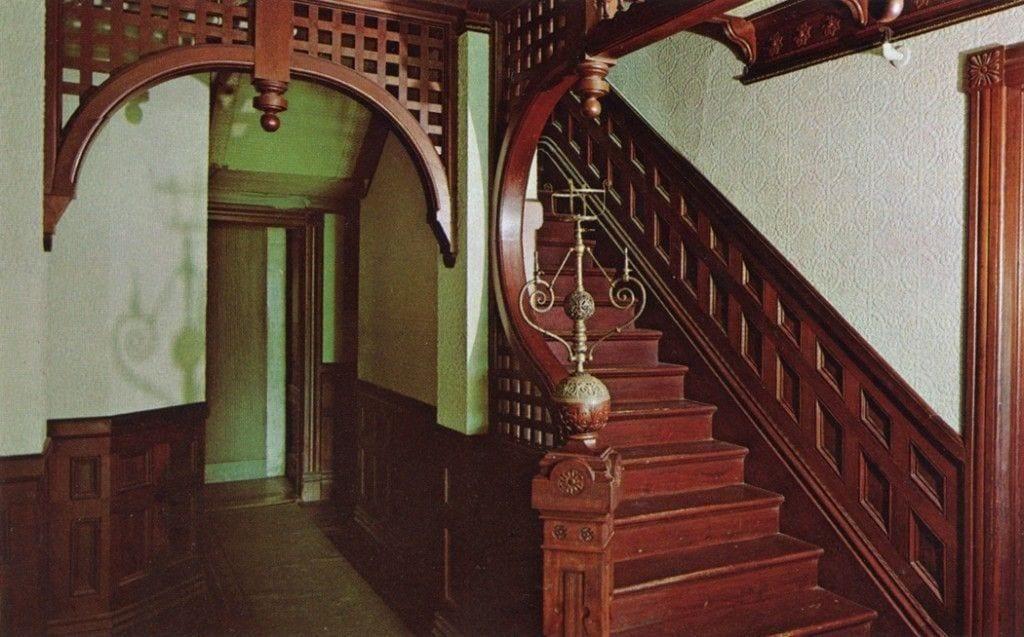 mansion winchester interior escalera madera
