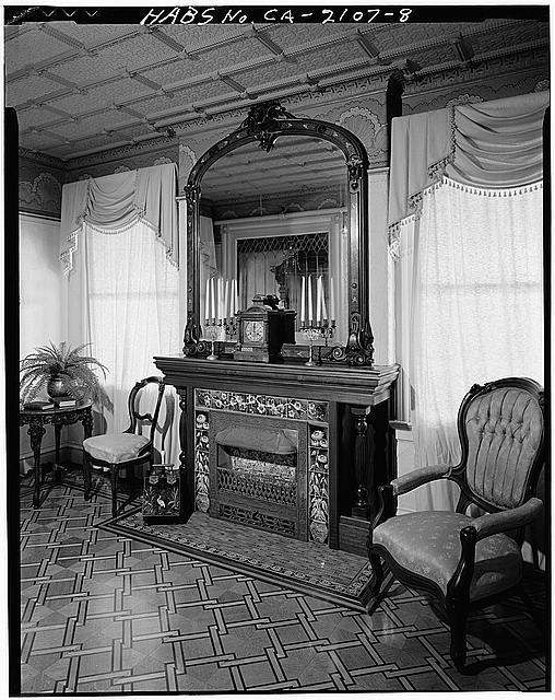 chimenea cerrada vivienda winchester sillones espejo blanco negro