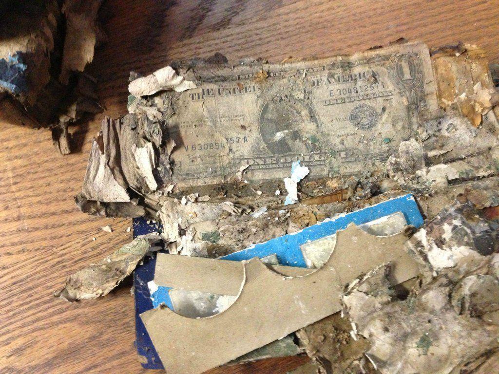 Levant la moqueta de un armario de la casa de sus abuelos for Hidden floor safes for the home