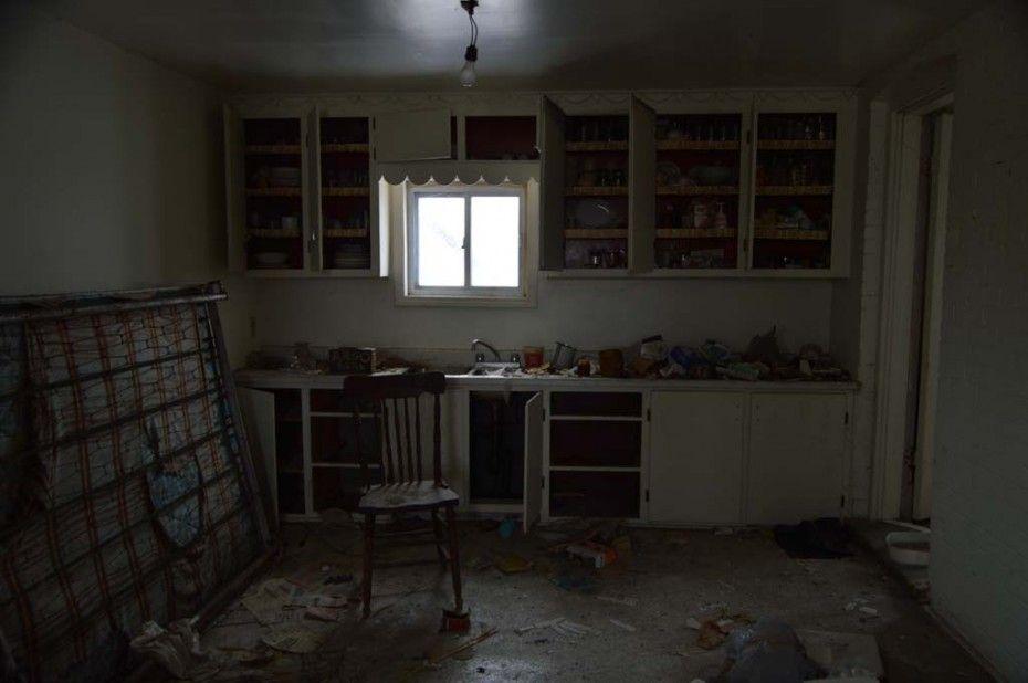 Un atrevido fot grafo se top con esta casa abandonada con - Casas antiguas por dentro ...