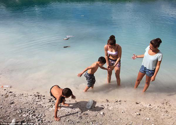 People-and-tourists-still-go-this-deadly-beauty-and-splash-in-its-waters-happily