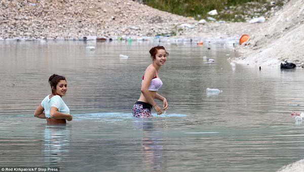 You-can-even-see-the-trash-around-the-area-yet-people-still-swim-in-the-lake