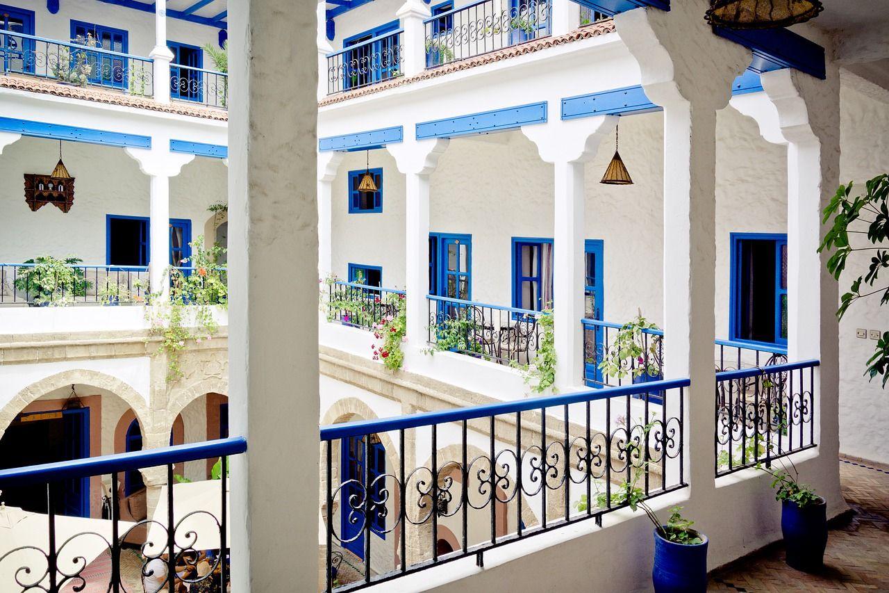tipos-casas-mundo-riad-patio-arabe-blanco-azul