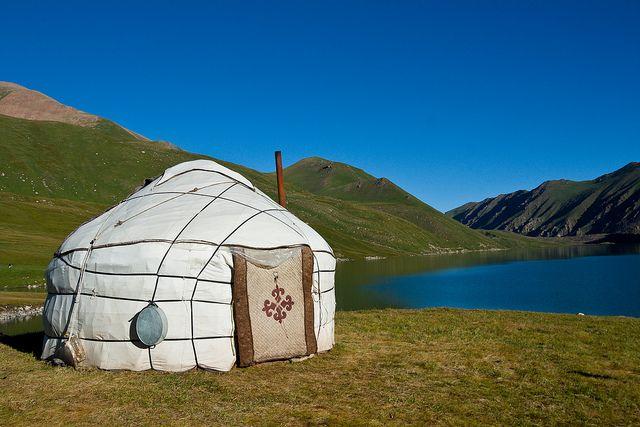 tipos-casas-yurta-lago-montana